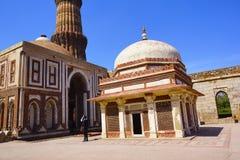 Complesso di Qutub, un sito del patrimonio mondiale dell'Unesco nella regione di Mehrauli di Delhi, India Immagini Stock Libere da Diritti
