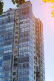 complesso residenziale dell'Multi-appartamento con le finestre Immagini Stock Libere da Diritti