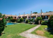 Complesso residenziale ricco generico dei condomini moderni con la piscina comune nel Portogallo fotografia stock libera da diritti