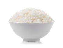 completamente do arroz na bacia no fundo branco Fotografia de Stock Royalty Free