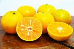 completamente e meio corte da laranja fresca Fotografia de Stock Royalty Free