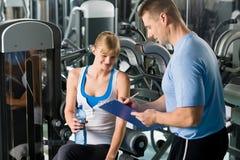 Completamento del programma personale di forma fisica con l'addestratore Fotografia Stock