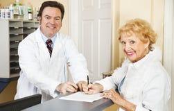 Completando formulários médicos fotografia de stock royalty free