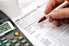 Completando o formulário de imposto Fotografia de Stock Royalty Free