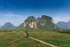 Completando un ciclo alrededor de Vang Vieng, Laos imagenes de archivo