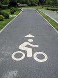 Completando un ciclo en el parque, camino para los ciclistas, camino de ciclo en el jardín Fotos de archivo
