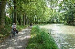 Completando un ciclo a lo largo de Canal du Midi, Francia Foto de archivo libre de regalías