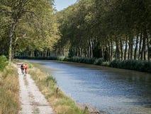 Completando un ciclo a lo largo de Canal du Midi, Francia Imagen de archivo libre de regalías