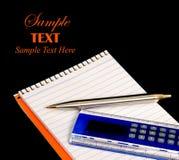Complete la pluma y la calculadora sobre negro con el espacio de la copia Foto de archivo libre de regalías