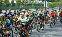 Complete un ciclo la raza, actividad del deporte de Asia, jinete vietnamita Imagenes de archivo