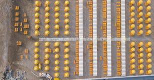 Completi giù la vista aerea del fuco degli ombrelli e dei gazebos sulle spiagge sabbiose italiane Riccione, Italia Litorale adria fotografie stock
