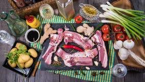 Completi giù la vista degli ingredienti per le costole di carne di maiale appiccicose brasate di re Fotografia Stock Libera da Diritti
