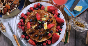 Completi giù la vista dei pancake con le bacche ed i frutti asciutti Immagine Stock Libera da Diritti