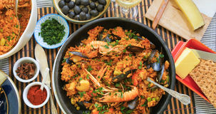 Completi giù la vista della paella spagnola deliziosa dei frutti di mare Fotografia Stock Libera da Diritti