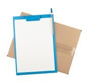 Completi giù la vista della scatola di cartone aperta con la lavagna per appunti su  Fotografie Stock