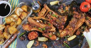 Completi giù la vista delle costole di carne di maiale appiccicose brasate di re Immagini Stock
