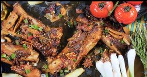 Completi giù la vista delle costole di carne di maiale brasate deliziose di re Immagine Stock