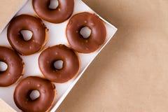 Completi giù la vista di cioccolato e delle guarnizioni di gomma piuma crema in scatola Fotografie Stock Libere da Diritti