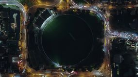 Completi giù la vista di traffico di notte intorno allo stadio stock footage