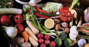 Completi giù la vista di un assortimento di di verdure e di succo di pomodoro freschi, sani, organici video d archivio