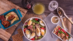 Completi giù la vista di un'insalata sana e organica del nicoise Immagine Stock