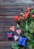 Completi giù la vista sulle rose, sui cuori e sui regali rosa Fotografie Stock