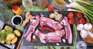 Completi giù lo zoom in considerazione degli ingredienti per le costole di carne di maiale appiccicose brasate di re video d archivio