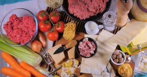 Completi giù lo zoom in considerazione dell'ingrediente per salsa bolognese per pasta italiana video d archivio