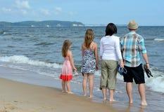 Completi la famiglia che gode del paesaggio del mare Fotografia Stock