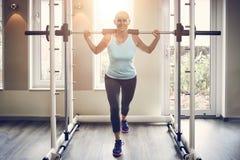 Completo da mulher de meia idade no sportswear foto de stock