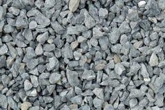 Complex/grintpatroon - een hoop van ruwe grijze die stenen, bij een steenkuil wordt verpletterd Stock Foto's