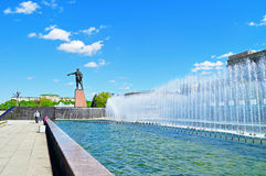 Complex of singing fountains and monument to Lenin at Moscow Square in sunny day in Saint Petersburg, Russia Stock Photos