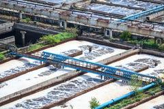 Complex van behandelings van afvalwaterbassins voor water recycling stock foto's