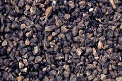 Complex van donkere ruwe grijze die stenen bij een steenkuil worden verpletterd - grintpatroon Stock Fotografie