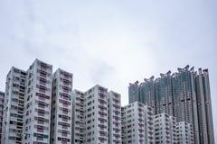 Complex van flatgebouwen in woondistrict met donkere hemelachtergrond stock fotografie