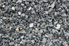 Complex van ruwe grijze die stenen, bij een steenkuil wordt verpletterd, grintpatroon Stock Afbeeldingen