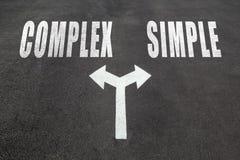 Complex versus eenvoudig keusconcept stock afbeelding