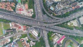 Complex wegviaduct in Guangzhou in Dag, China Lucht verticale top-down mening stock video
