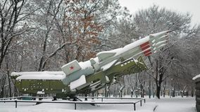 Complexe antiaérien soviétique de missile avec 125 couverts de neige banque de vidéos