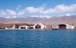 Complexe architectural sur la banque du lac Issyk-Kul images stock