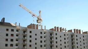Complexe bouw van baksteen met meerdere verdiepingen stock videobeelden