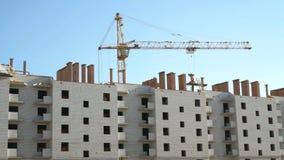 Complexe bouw van baksteen met meerdere verdiepingen stock footage