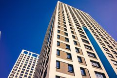 Complexe d'appartements ayant beaucoup d'étages moderne Image stock