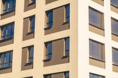 Complexe d'appartements ayant beaucoup d'étages moderne Images libres de droits