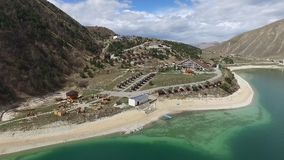 Complexe d'hôtel sur le rivage du lac Kezenoy AM République tchétchène Russie clips vidéos
