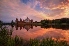 Complexe de château sur des réflexions de lueur de Sunny Sunset Sky Background And sur l'eau de lac Point de repère célèbre, monu Images libres de droits