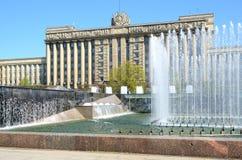 Complexe de fontaine sur la place de Moscou à Pétersbourg, Russie. Image stock