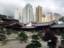 Complexe de temple bouddhiste avec le contexte de gratte-ciel Photo stock