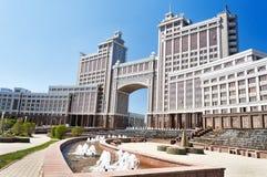 Complexe des bâtiments sur la place ronde de National Corporation KazMunaiGas à Astana Photos libres de droits