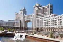 Complexe des bâtiments sur la place ronde de National Corporation KazMunaiGas à Astana Image stock